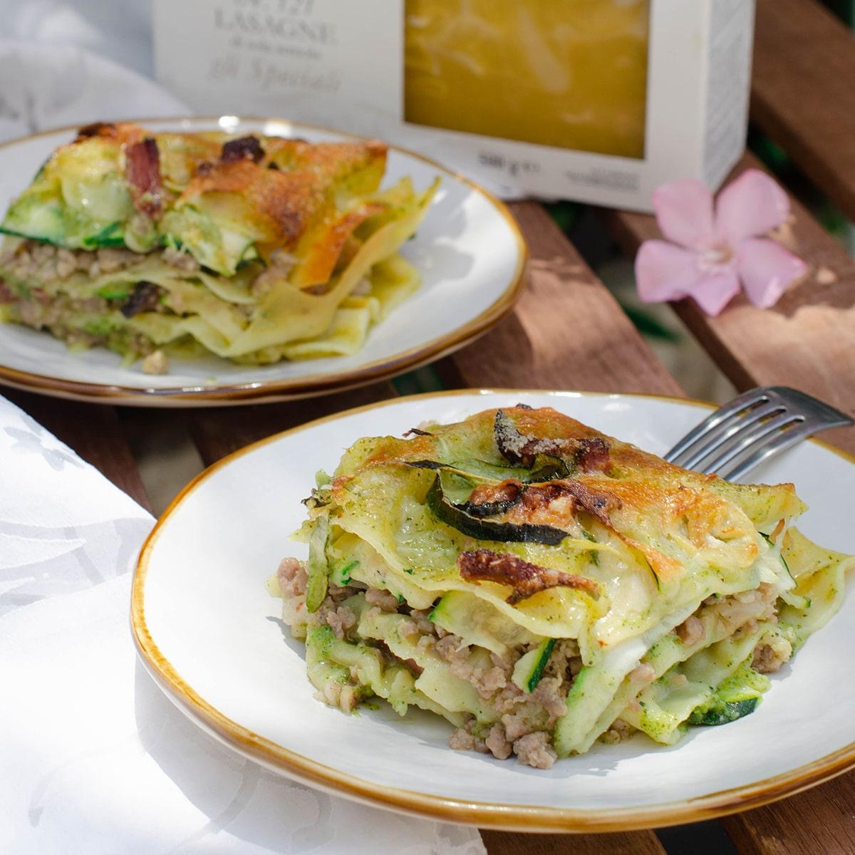 Lasagna estiva senza besciamella con crema di zucchine salsiccia e speck