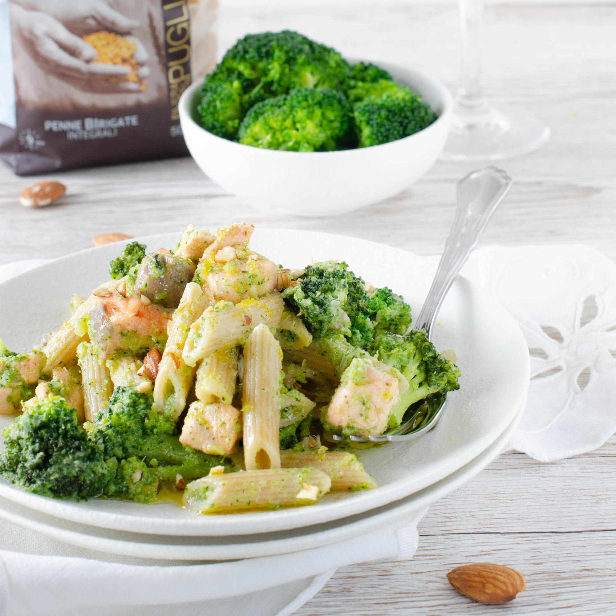 Penne birigate integrali con broccoli e mandorle croccanti con salmone fresco