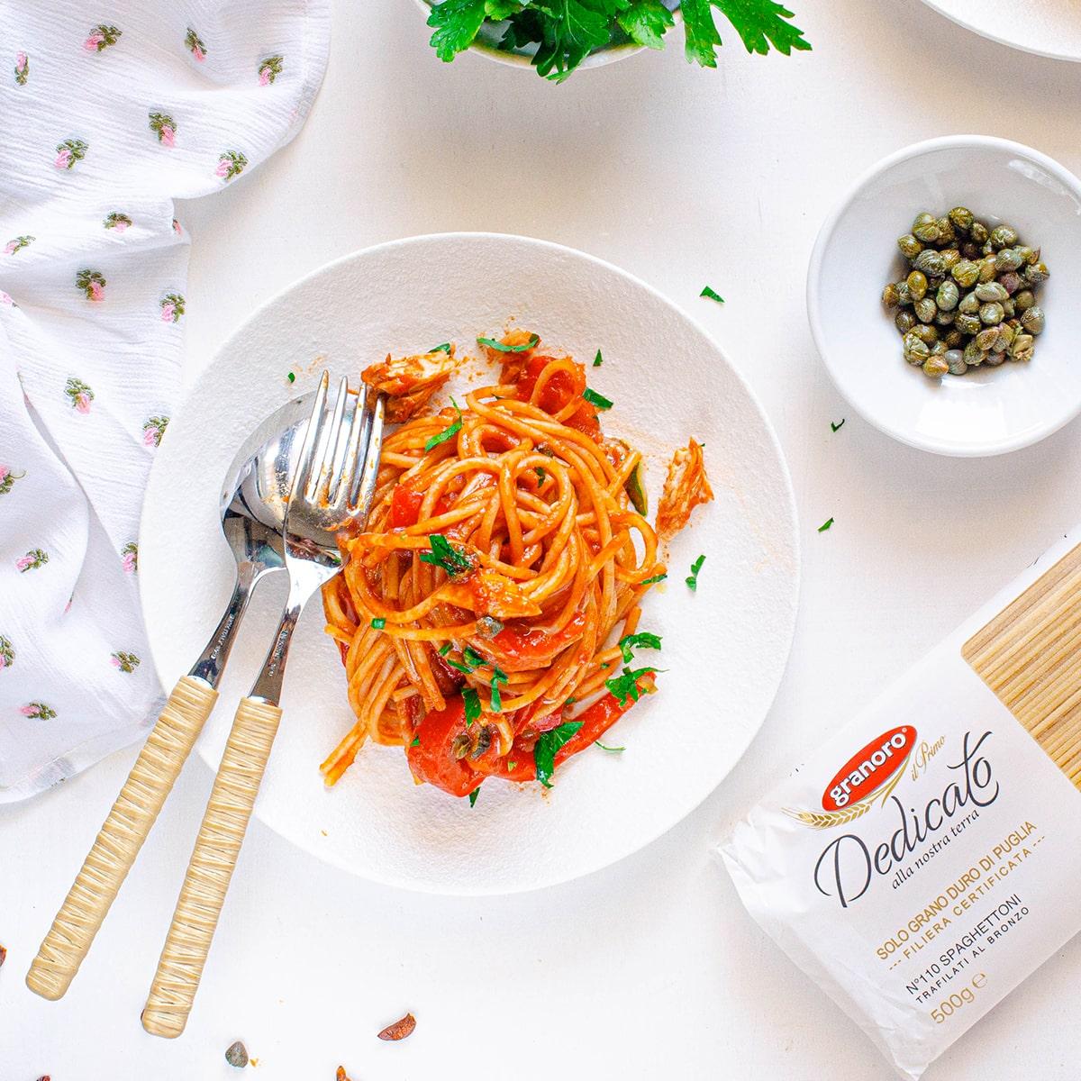 Spaghettoni con crema di peperone rosso sgombro e capperi