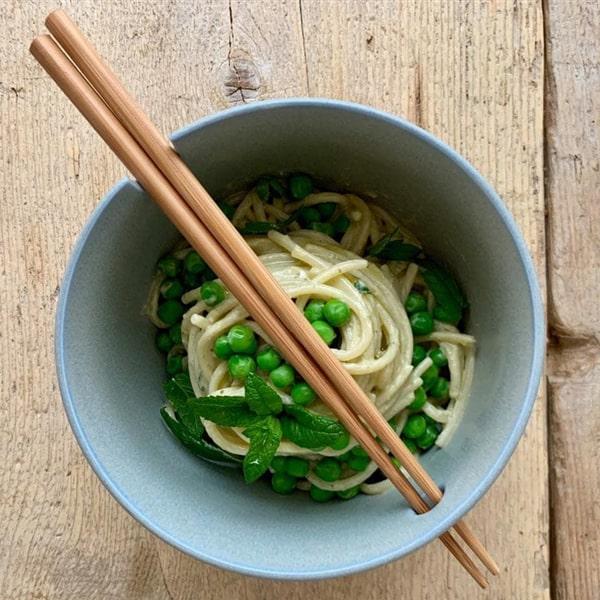 Spaghettoni con crema di piselli, ricotta e menta